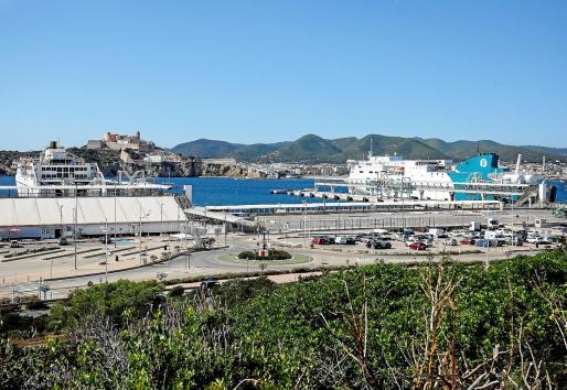 Hoy recalará en los muelles de es Botafoc el primer crucero desviado desde Barcelona. En la imagen, dos buques regulares ayer por la mañana.