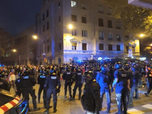 Los Mossos disipan a los manifestantes del paseo de Gracia tras la cuarta noche de disturbios en Barcelona.