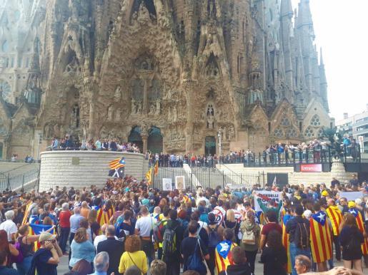 Centenares de personas se manifiestan en la Sagrada Familia en el Pícnic x la República contra la sentencia del 1-O y bloquean el acceso.