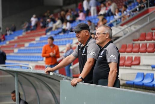 El técnico del Atlético Baleares, Manix Mandiola, observa el terreno de juego del Langreo junto al delegado Pepe Gómez.