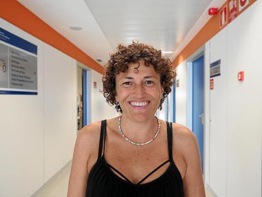 Jaquelin Lorenzo, en uno de los pasillos de la planta de Oncología de Can Misses.