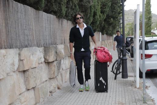 Feliciano López se mostró muy serio y viajó sin su mujer, Sandra Gago.