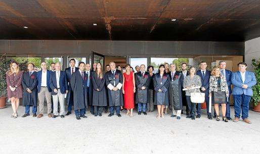 Los miembros de la junta de gobierno del ICAIB junto a los nuevos colegiados y los letrados distinguidos por su trayectoria.