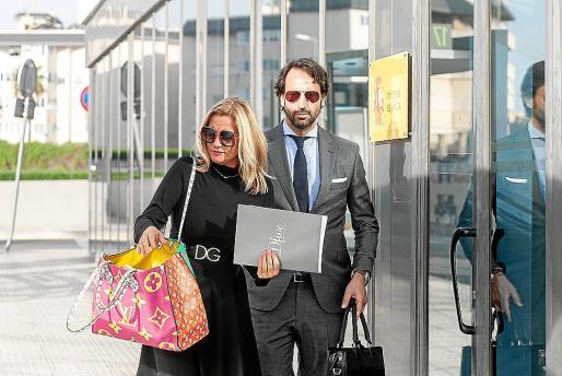 Marta Díaz y su abogado a la salida de los juzgados.