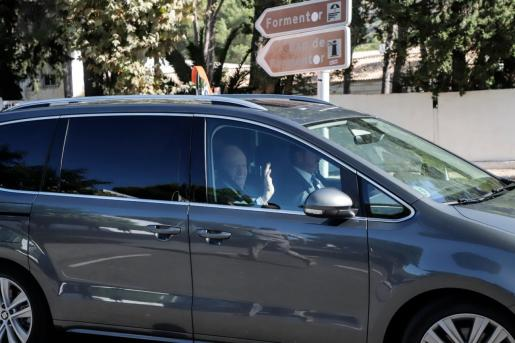 Rey Juan Carlos, saluda a los periodistas que esperaban a la puerta de La Fortalesa.