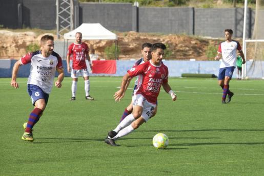 Solano conduce el balón durante el partido contra el Poblense.