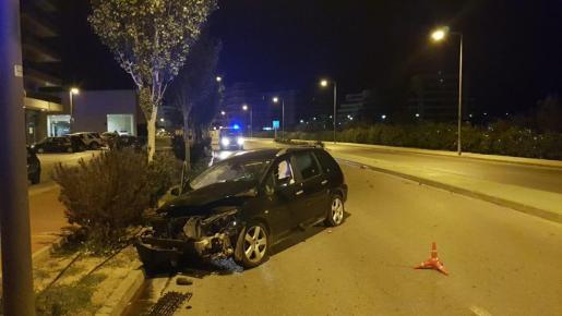 El coche que ha impactado contra una farola en Ibiza.