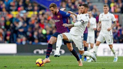 Ivan Rakitic y Sergio Ramos en un Barça - Madrid.