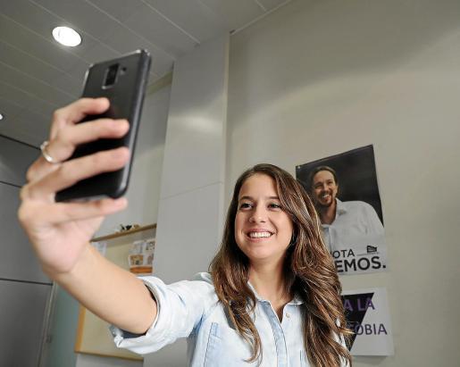 Gloria Santiago, en el despacho de Podemos, con el móvil que utiliza para difundir sus comentarios.