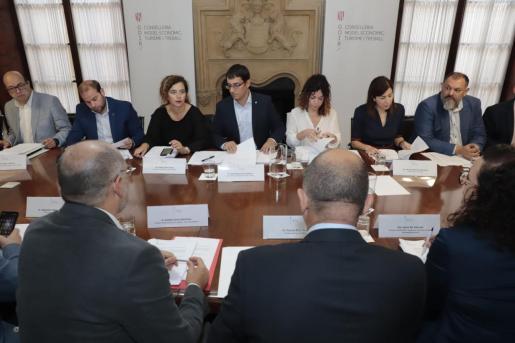 Imagen de la reunión de la comisión de la ecotasa.