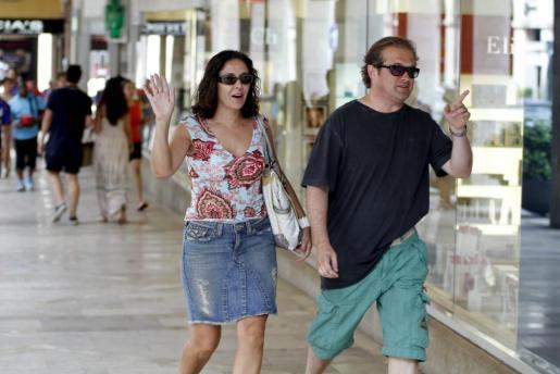Isabel Gemio y Xavier Bennassar, paseando este verano por las calles de Palma.
