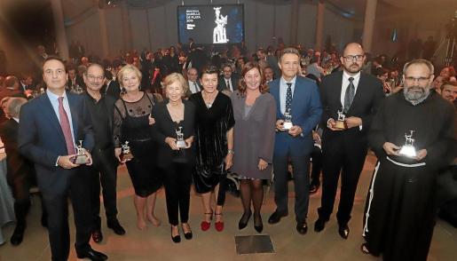 Los galardonados posan junto a la presidenta del Grup Serra, Carme Serra, y a Francina Armengol.