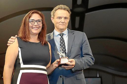 La presidenta del Col·legi de Metges, Manuela García, junto a Jeroni Nadal.