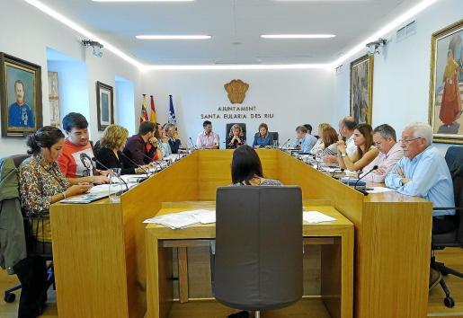 Equipo de gobierno de Santa Eulària y restos de concejales durante el pleno celebrado ayer.