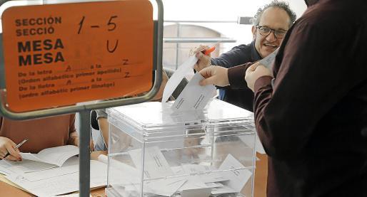 Una mesa electoral en el Teatre Xesc Forteza de Palma, durante las pasadas elecciones.