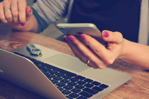 Una mujer charla con un contacto a través de una aplicación de mensajería