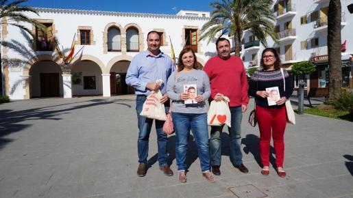 La candidata socialista Patricia Abascal, en el centro, presentó ayer las propuestas de su formación en Santa Eulària.