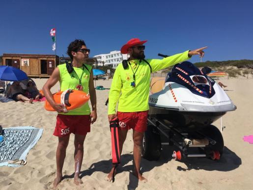 Dos socorristas en una playa de Formentera.