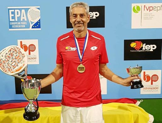 Óscar Not posa con sus premios al término del Campeonato de Europa de veteranos.