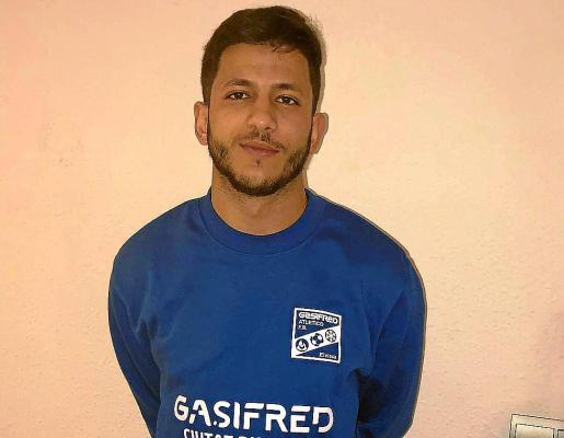 El jugador Mohamed Ayman posa con la sudadera del Kia Gasifred.
