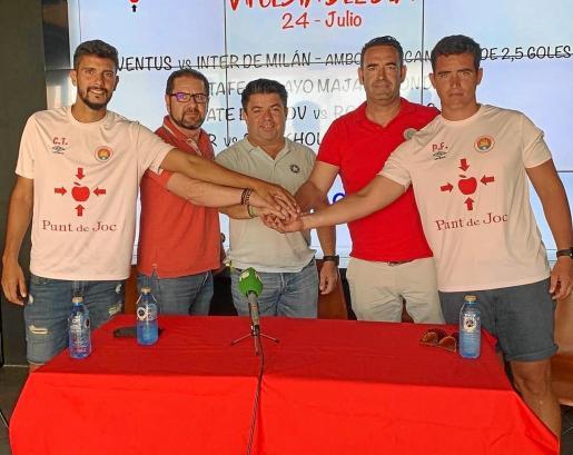 Carlos Tomás, a la izquierda del todo, y Pablo Fernández, pegado a la derecha, en la presentación del organigrama técnico del fútbol base del CD Ibiza.