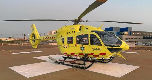 El helicóptero de emergencias en la base del helipuerto del hospital Can Misses.