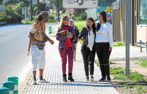 Ghazaleh salió de comisaría ayer acompañada de Kimia y miembros de SOS Refugiados.