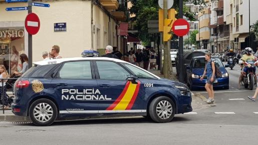 Un vehículo de la Policía Nacional en las calles de la ciudad de Ibiza.