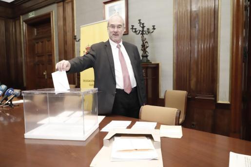 El delegado del Gobierno en funciones, Ramón Morey, deposita una papeleta en una urna.