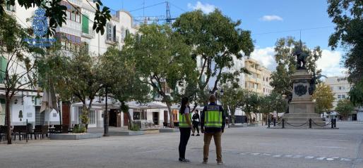 Dos agentes de la Policía Nacional en el paseo Vara de Rey.