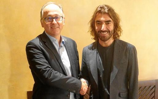 Luis Gallego, consejero delegado de Iberia, y Javier Hidalgo, consejero delegado de Globalia, estrechan sus manos tras el acuerdo de compra anunciado el lunes.