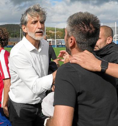 Alfaro, a la izquierda, se despide del entrenador del Atlético de Madrid B tras el partido del pasado domingo.