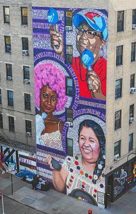 El mural terminado en el edificio con las tres mujeres y Aida Miró, Twoflü y Jerom.