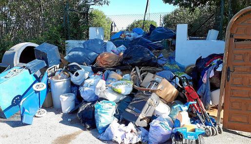 Puntos de recogida de basura y residuos del municipio de Sant Antoni, colapsados.