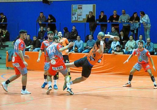 Daniel Bernárdez, del HC Playasol Eivissa, en suspensión para ejecutar un lanzamiento a la portería del Águilas.