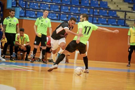 Tarik dribla a un rival durante el partido de ayer, celebrado en el pabellón de Santa Eulària.