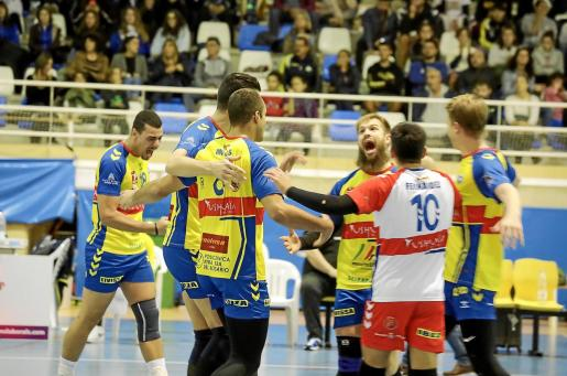 Los jugadores del Ushuaïa celebran uno de los puntos conseguidos ante el Teruel.