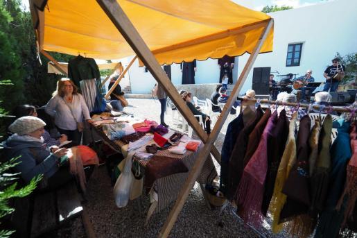 Los asistentes pudieron disfrutar de numerosas actividades, entre ellas un concierto de Joan Murenu y un mercado de ropa tradicional.