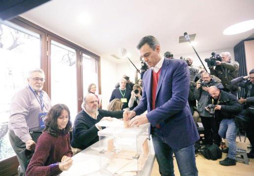 Pedro Sánches deposita su vota en la urna.