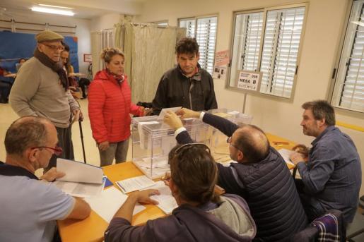 Votación en un colegio electoral de Ibiza.