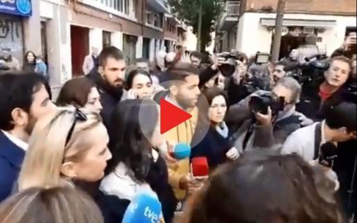 Increpan a Inés Arrimadas a la salida del colegio electoral.