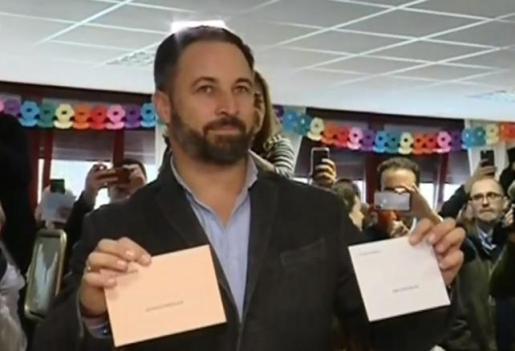 Santiago Abascal ejerciendo su derecho al voto en Madrid.