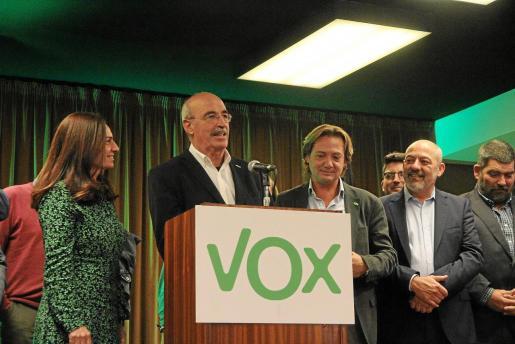 El diputado electo Antonio Salvá se dirige a los medios junto a los dirigentes de Vox.