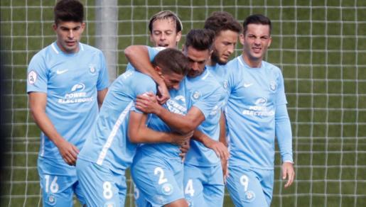 Los jugadores de la UD Ibiza se abrazan tras uno de los goles de Pep Caballé.