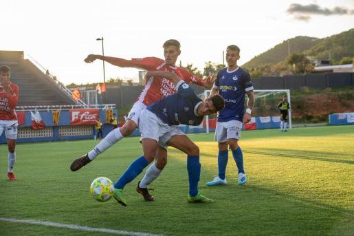 El rojillo Ismael pelea por el balón con el 'rafeler' Karim.