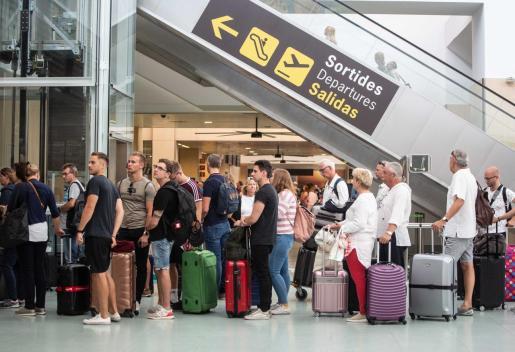 Pasajeros en el aeropuerto de Ibiza esparan para embarcar.