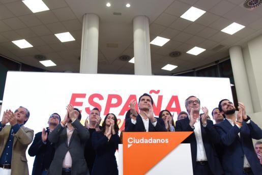 El equipo de Ciudadanos y su líder Albert Rivera, aplauden tras ofrecer declaraciones a los medios de comunicación y asumir los pésimos resultados de su partido en la sede de la formación naranja, que ha pasado de los 57 escaños conseguidos en los comicios de abril de 2019 a 10 en noviembre, en Madrid (España) a 10 de noviembre de 2019.