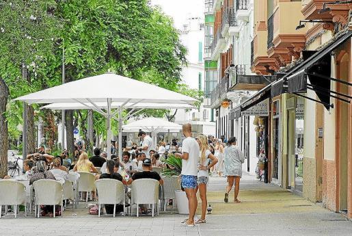 Terraza de un negocio en el centro de Vila durante los meses de verano.
