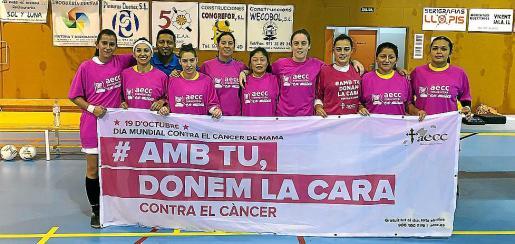 Las chicas del Inter Ibiza posan con una pancarta contra el cáncer de mama.