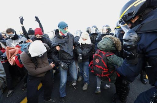 Desalojo de los manifestantes convocados por Tsunami Democràtic en la frontera con Francia.